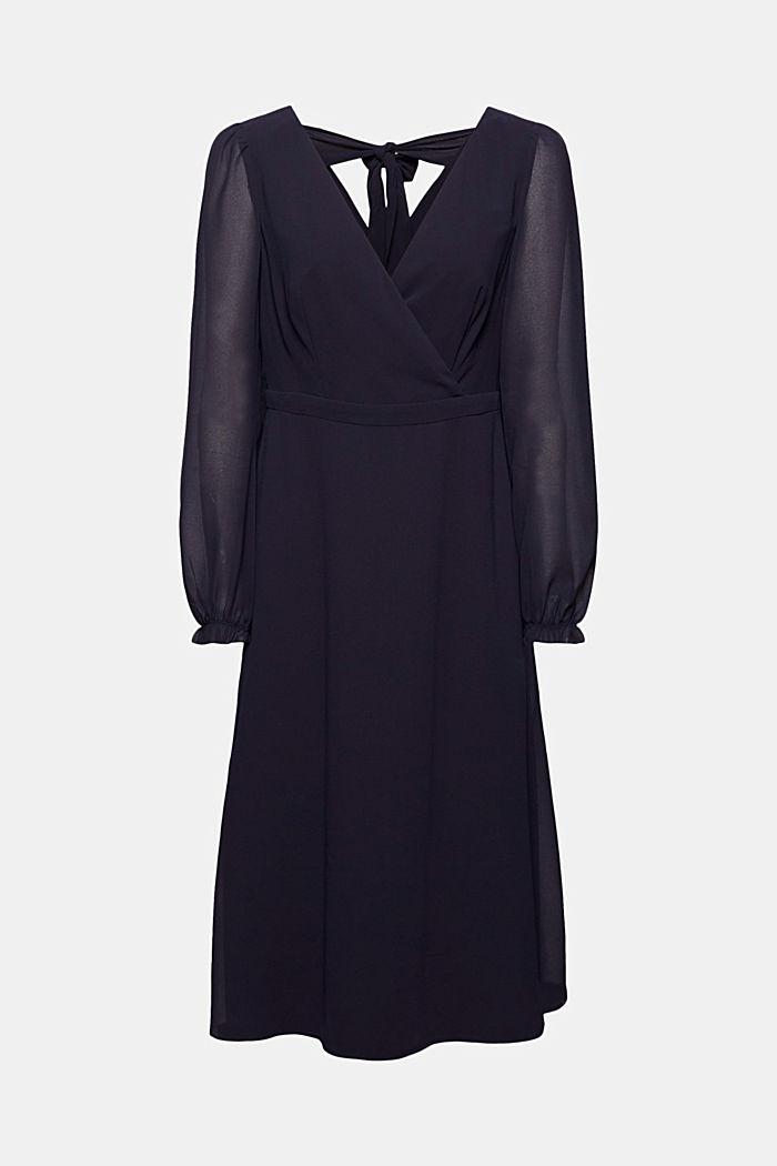 En matière recyclée: la robe en mousseline à détail dans le dos