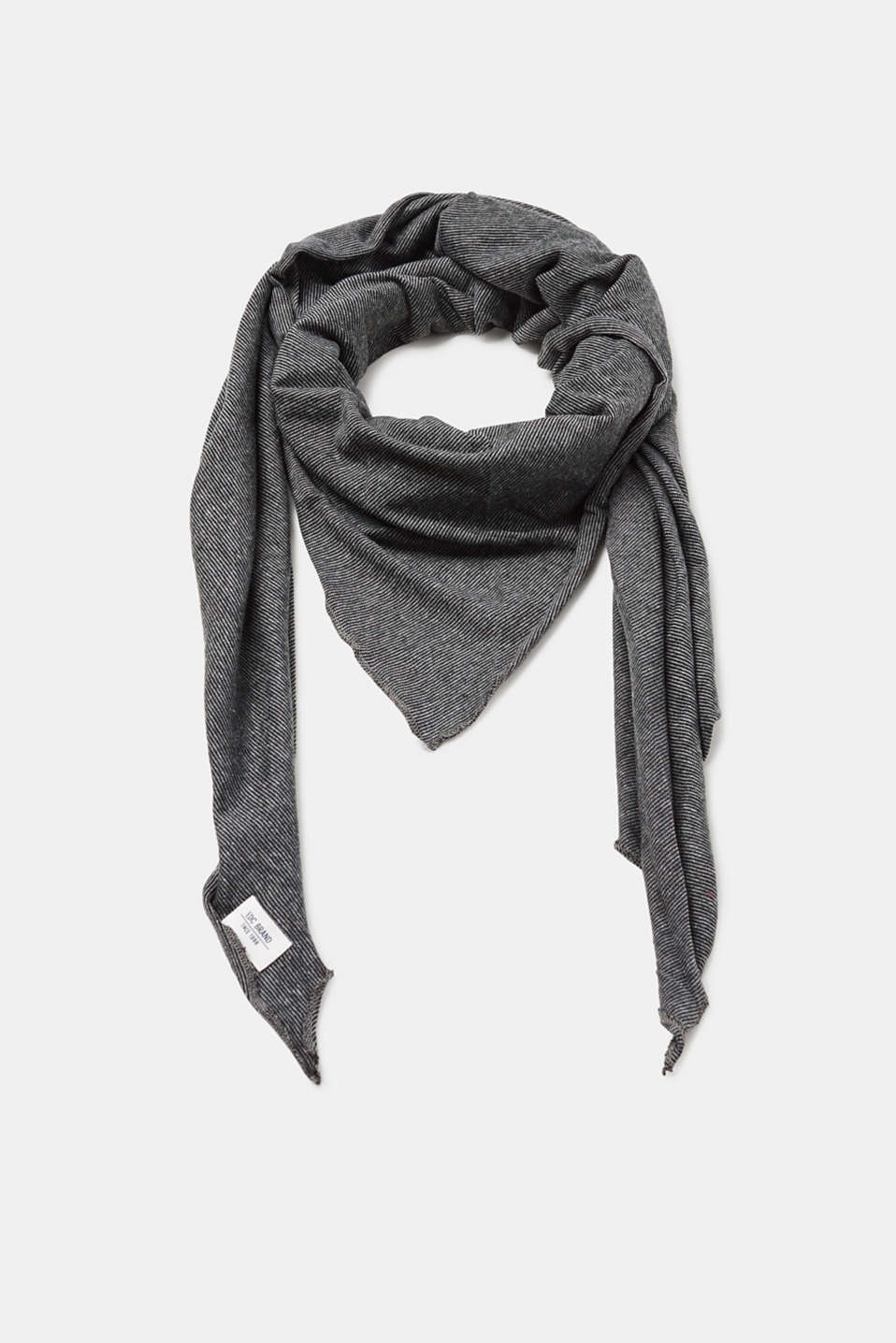 A soft all-rounder! This scarf in a practical triangle shape is versatile.