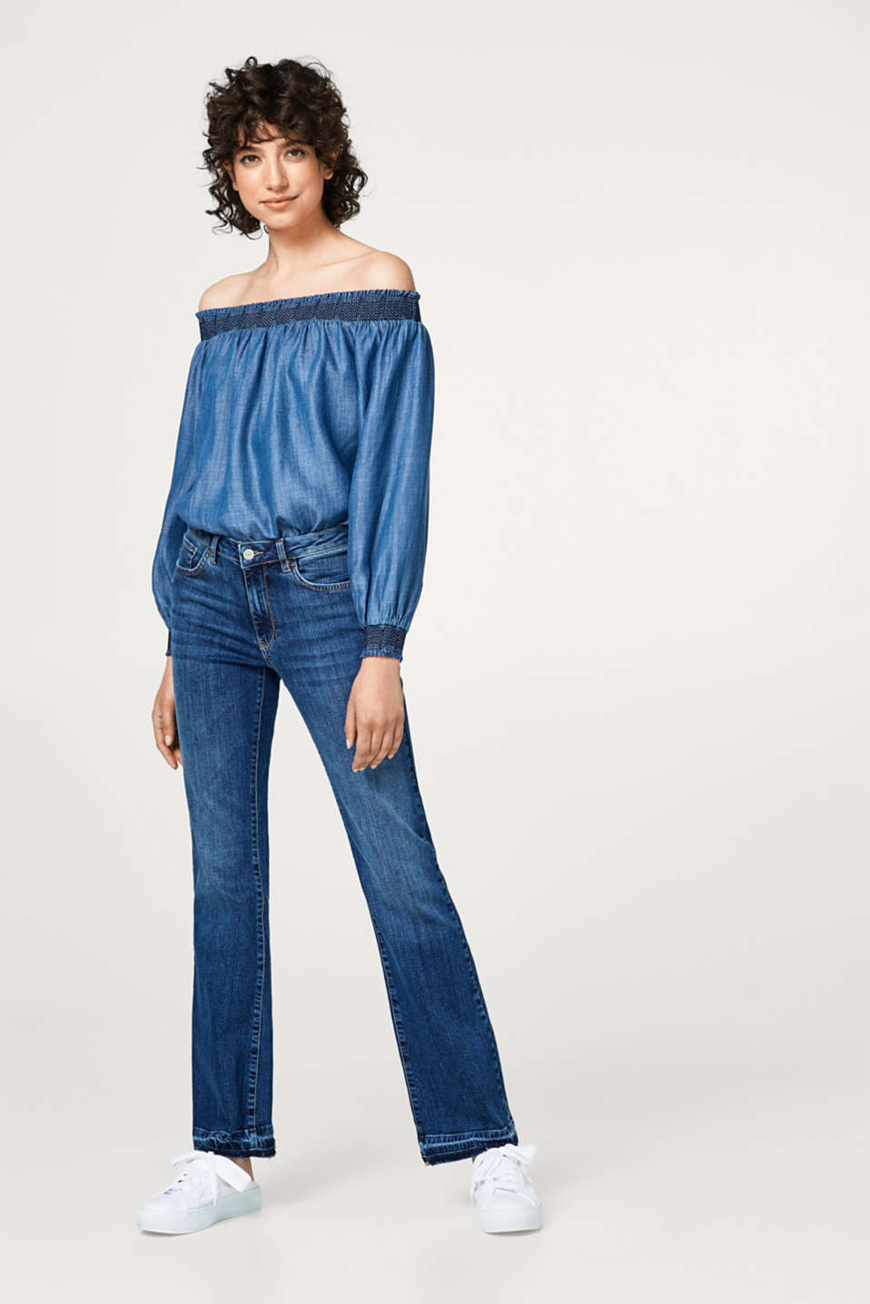 Stretch jeans with frayed hems
