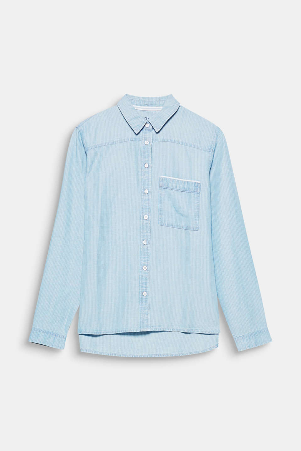 The subtle, striped denim effect and the loose shape make this blouse a must-have piece for spring.