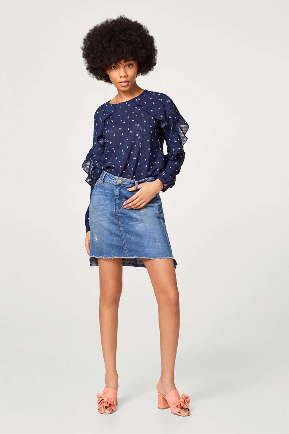 Blouse with frills and a graphic print