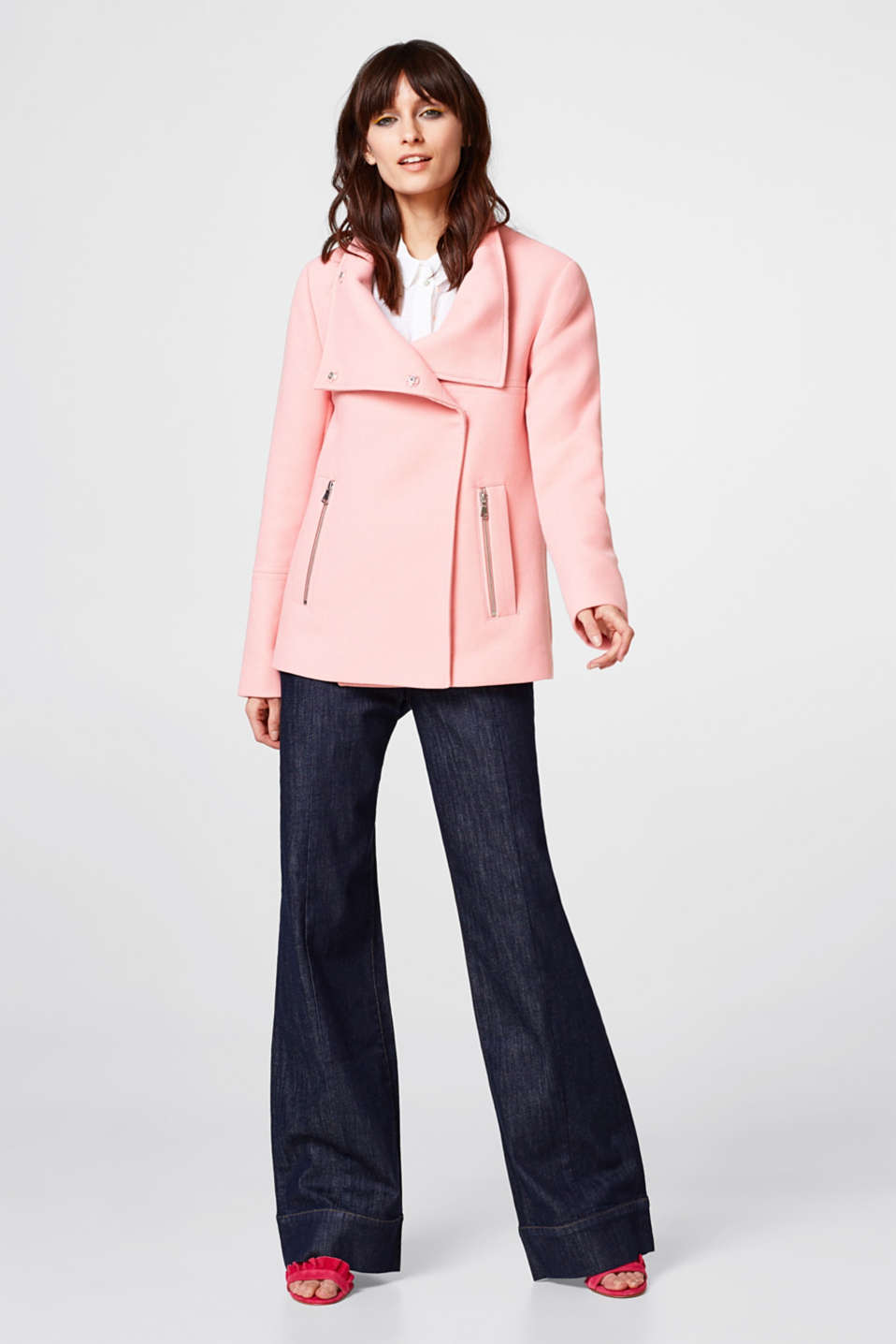 Short jacket with adjustable stand-up collar