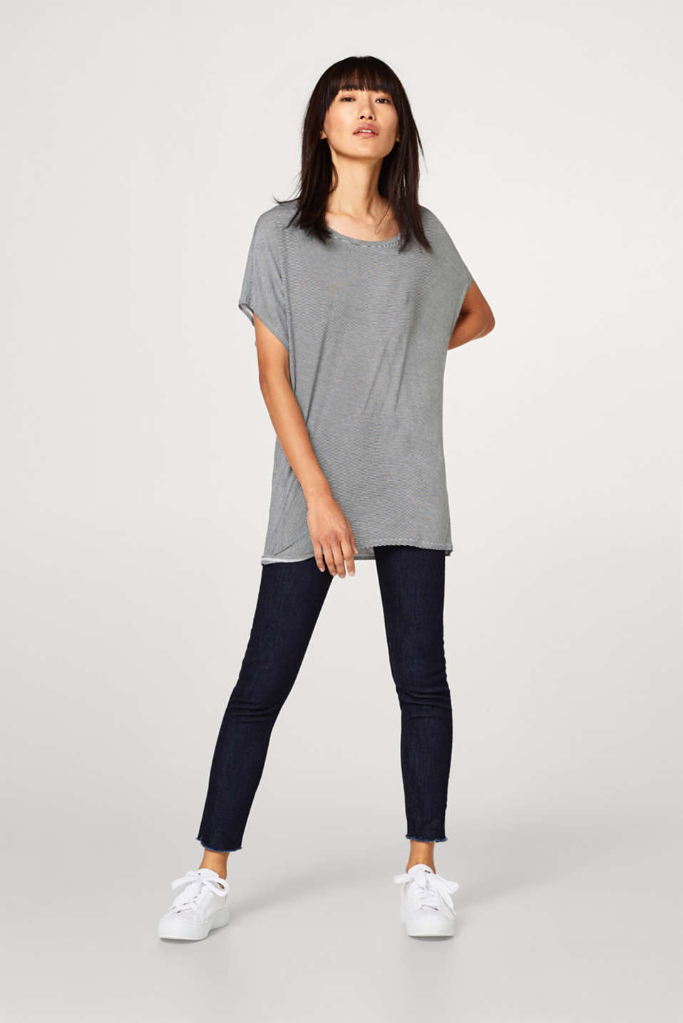 Silky top with an asymmetric hem