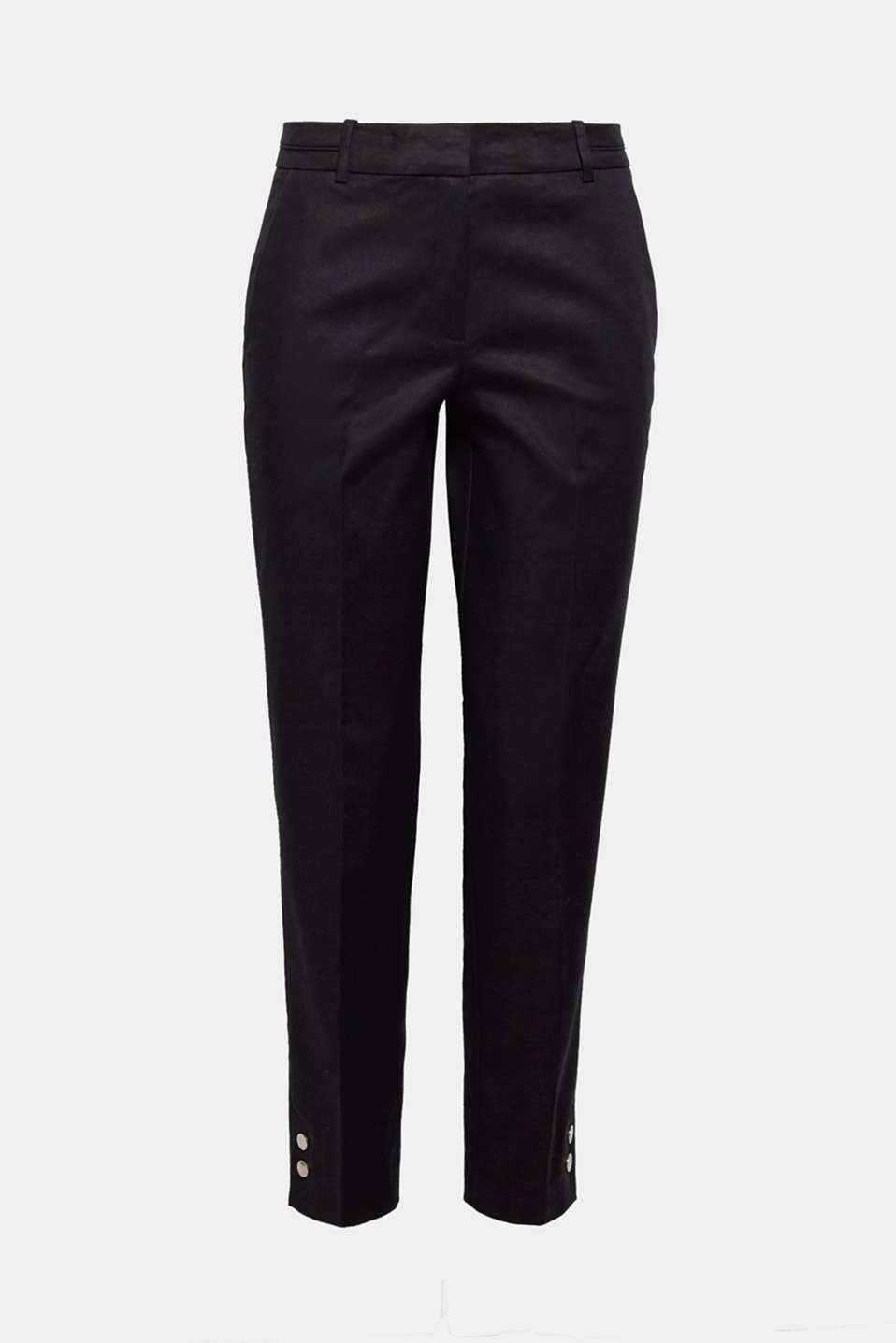 The metal buttons at the sides of the hem accentuate the trendy cropped leg length on these stretch trousers!