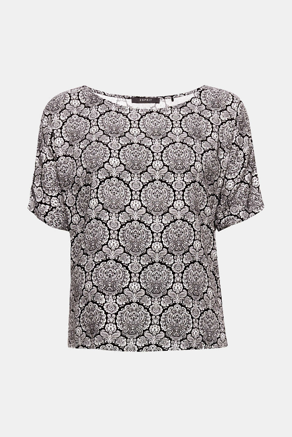 Flowing fabric and the stylish ornamental print give this batwing blouse its special charm!