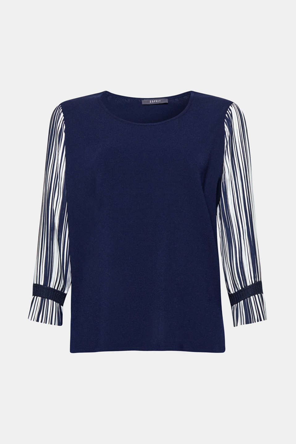 Plain meets stripes, smooth meets pleats: this material mix jumper is all about contrasts!