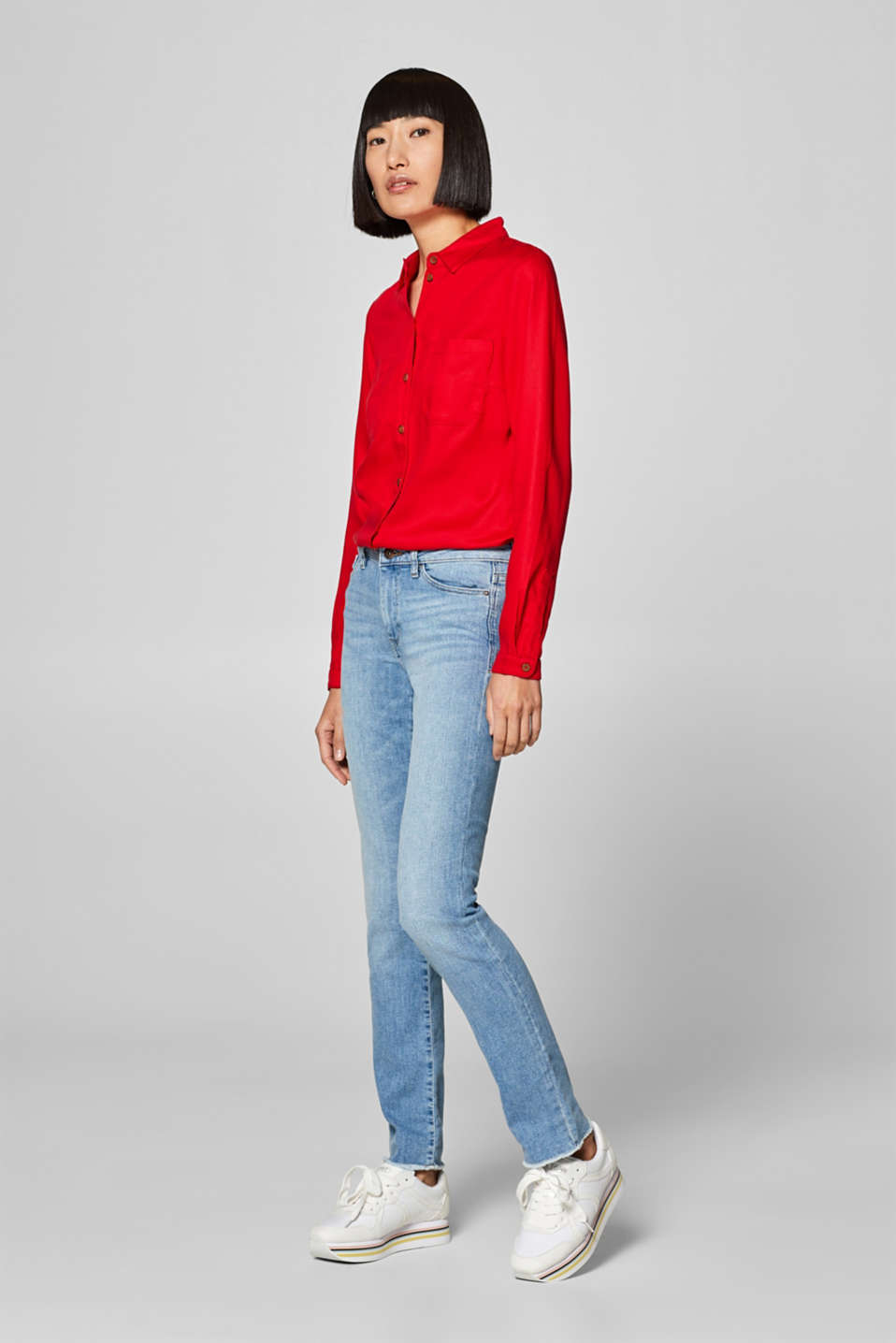 Soft stretch jeans with frayed hems