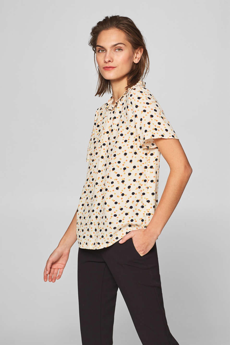 Esprit - Blusa in crêpe con stampa e colletto alto con ruches