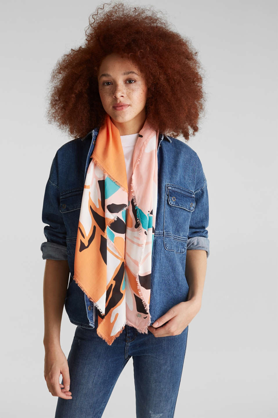 Scarf with a print, 100% LENZING™ ECOVERO™, SALMON, detail image number 1