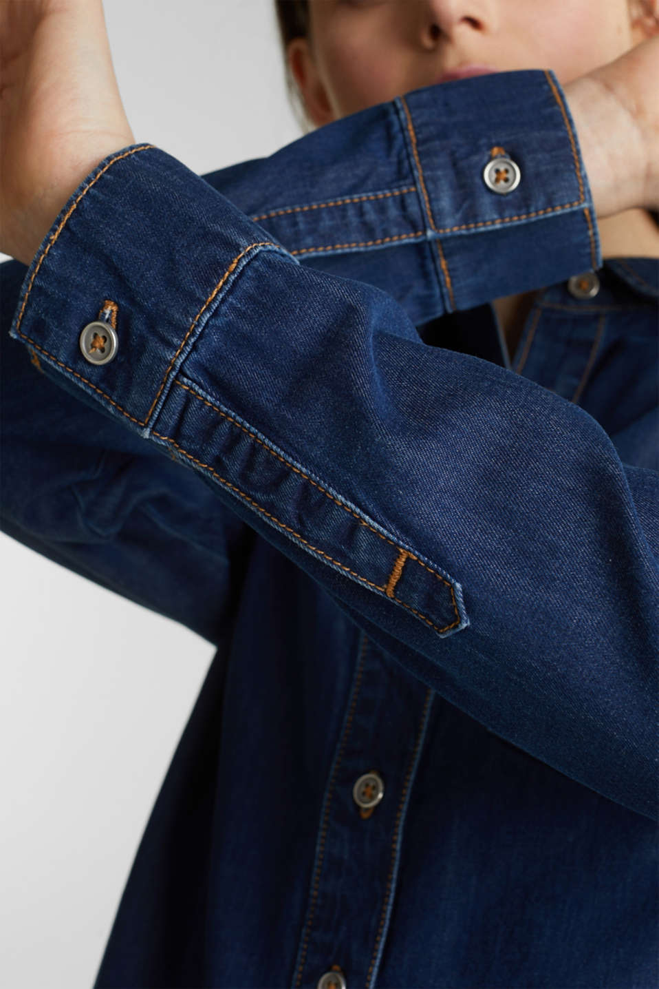 Lightweight dark denim blouse, 100% organic cotton, BLUE MEDIUM WASH, detail image number 5
