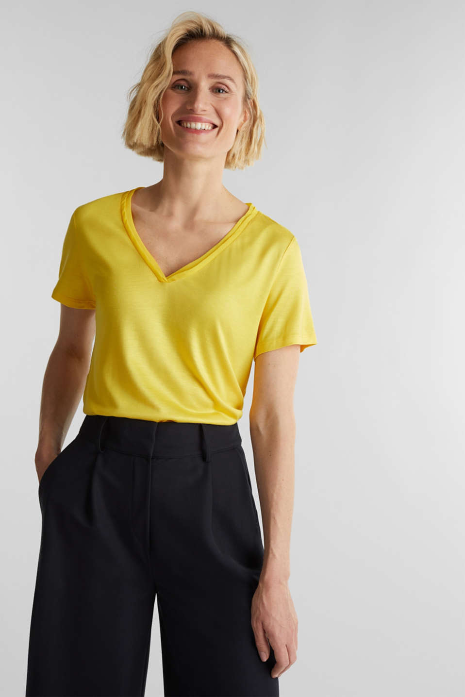 Esprit - T-shirt con scollo a V e bordi in chiffon