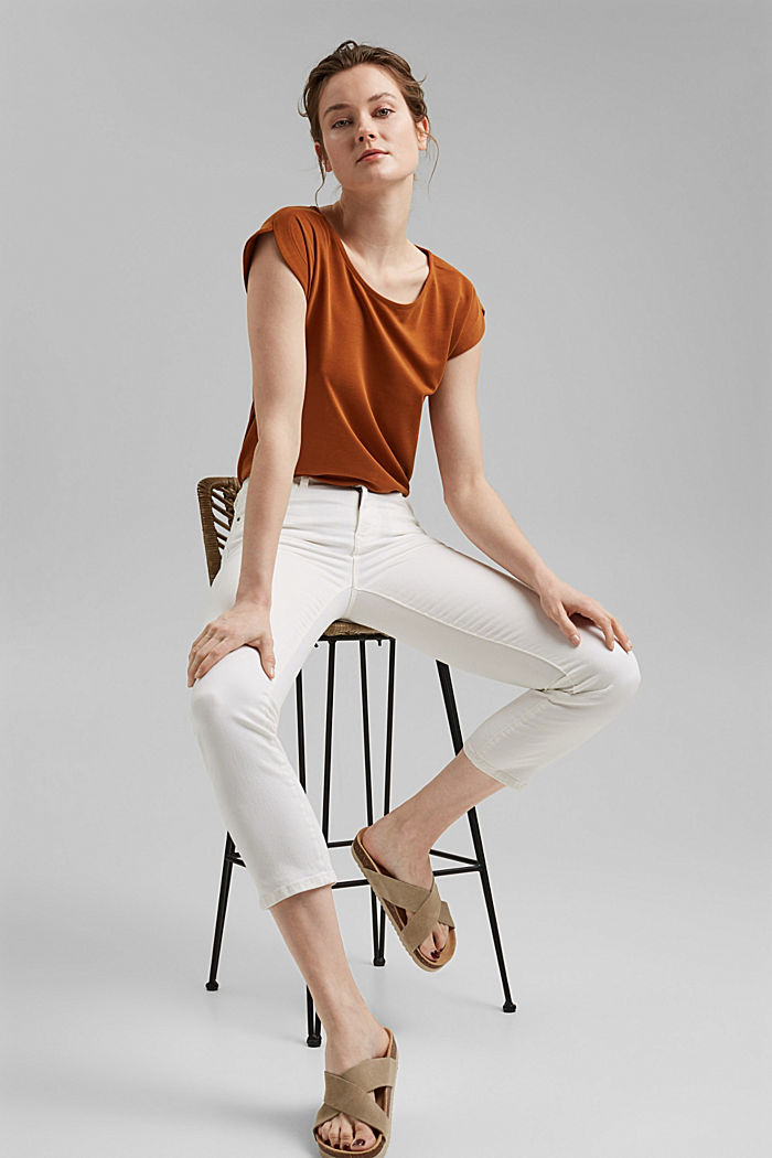 Cropped trousers with straight legs