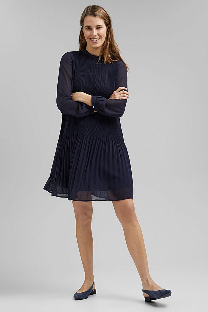 Reciclado: vestido plisado en gasa de crepé, NAVY, detail image number 1