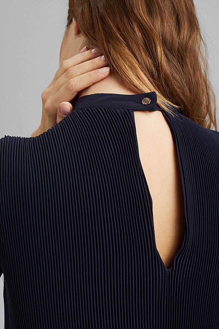 Reciclado: vestido plisado en gasa de crepé, NAVY, detail image number 5