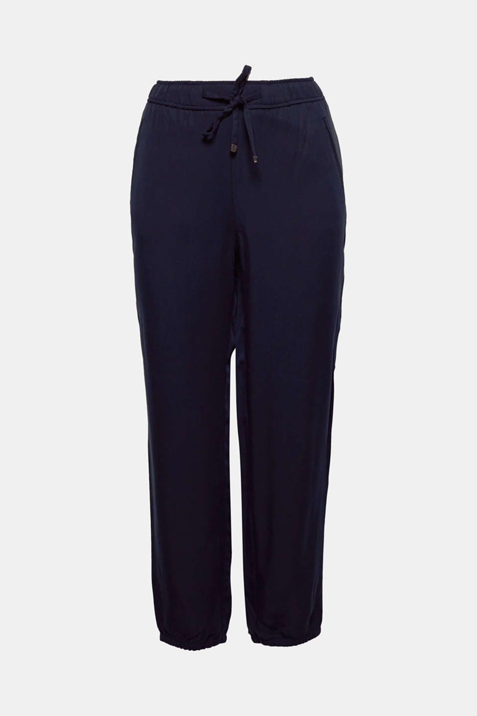 These softly draped lyocell trousers in a relaxed tracksuit-bottoms style unite a high level of comfort with fashionable appeal.