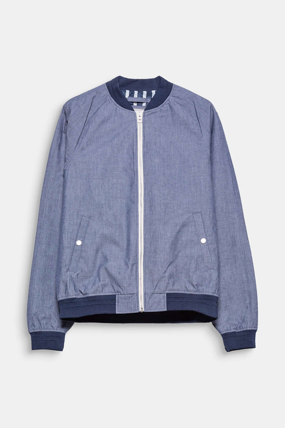 Its sporty look and charismatic chambray texture transform this bomber jacket into a firm fave.