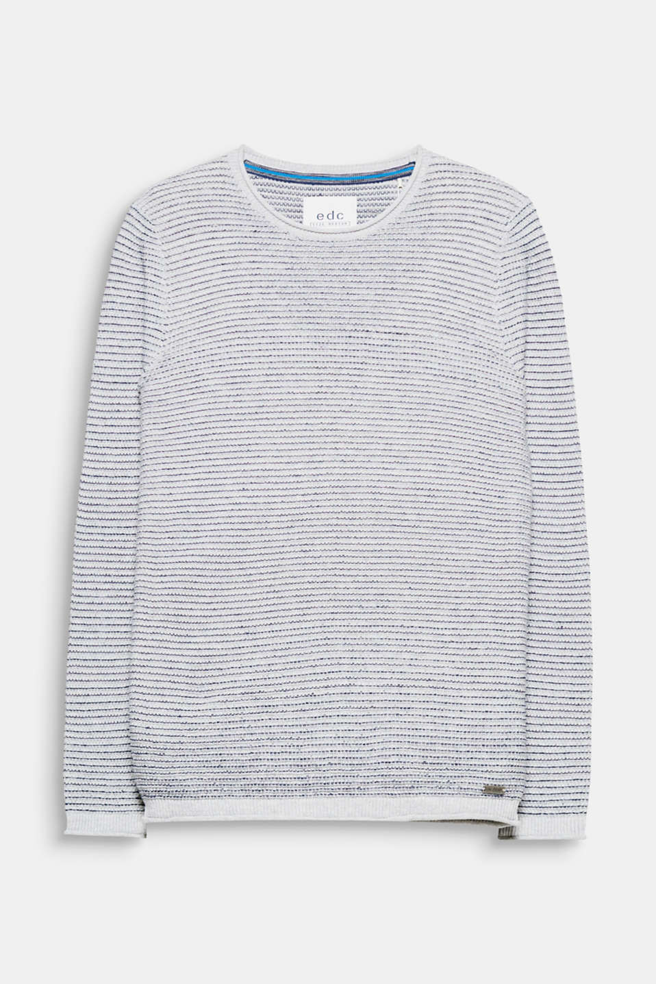 We love summery knits! The fine texture gives this jumper a lightweight look.