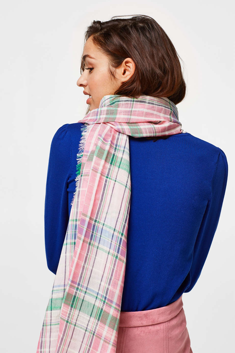Lightweight woven scarf with a feminine check pattern