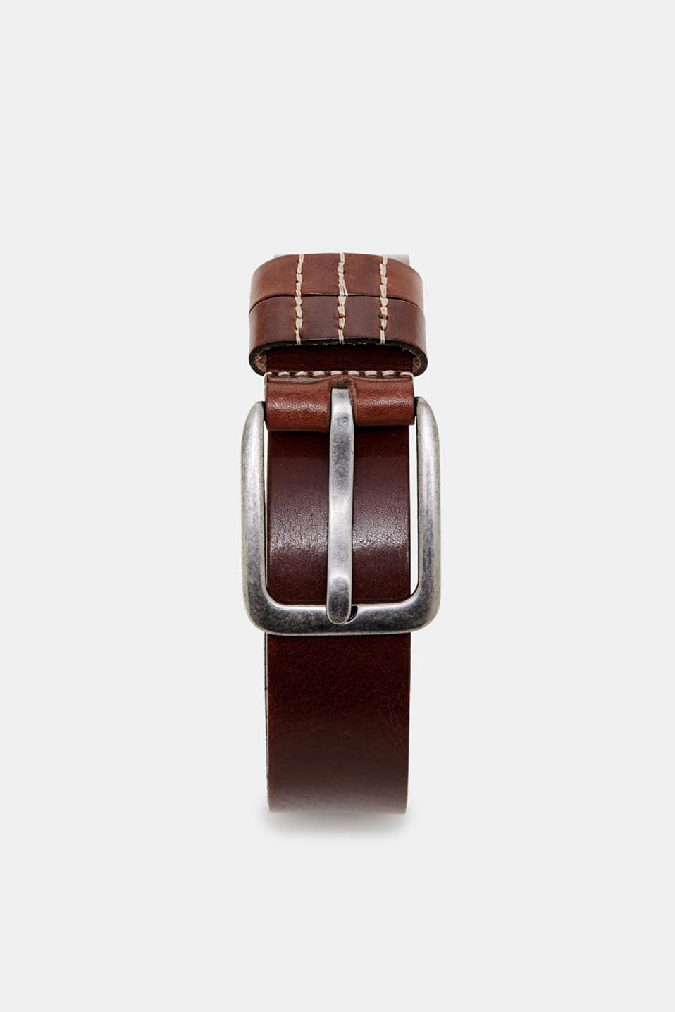 With a subtle grain and a distinctive buckle, this genuine cowhide leather belt is perfect for jeans.