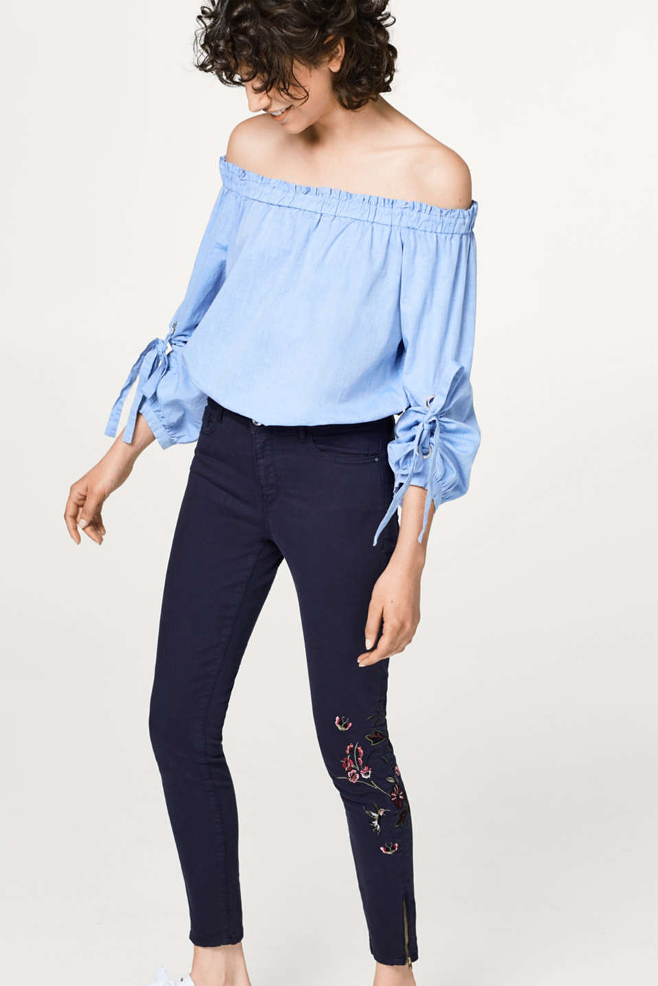Esprit - Super stretch jeans with feminine floral embroidery
