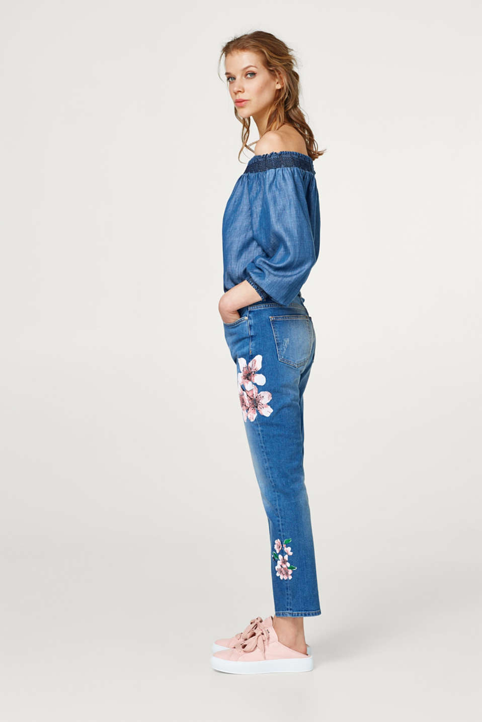 Stretch jeans with bold floral prints