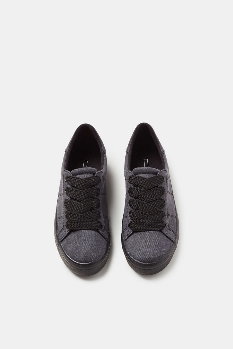 Textile trainers with striking shoelaces
