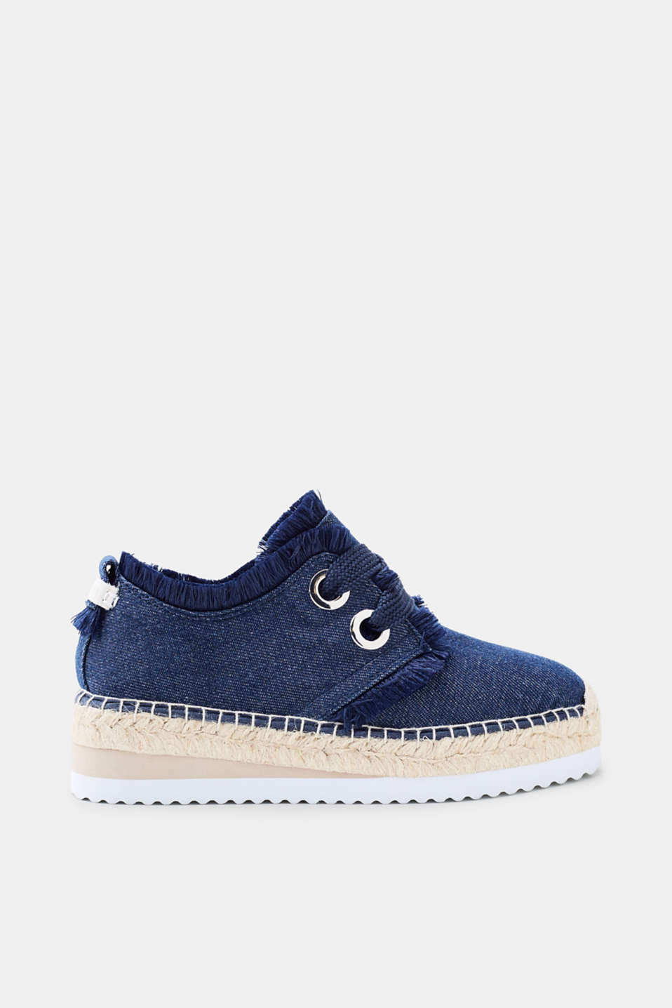 Flatform trend meets summer classic! The platform sole gives these denim espadrilles their trendy new look.