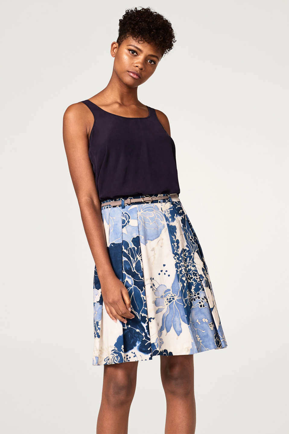 Esprit - Satin pleated skirt with a floral print and belt