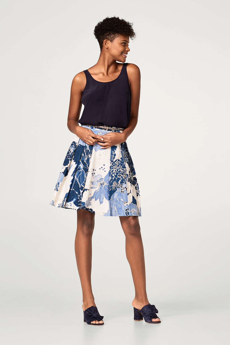 Satin pleated skirt with a floral print and belt