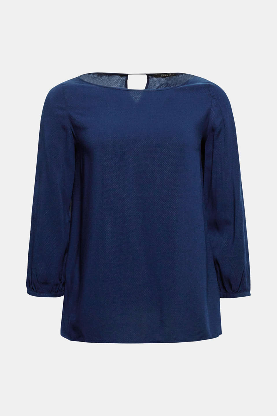Your spring companion: basic and flowing textured blouse with a cut-out at the back and three-quarter length sleeves!