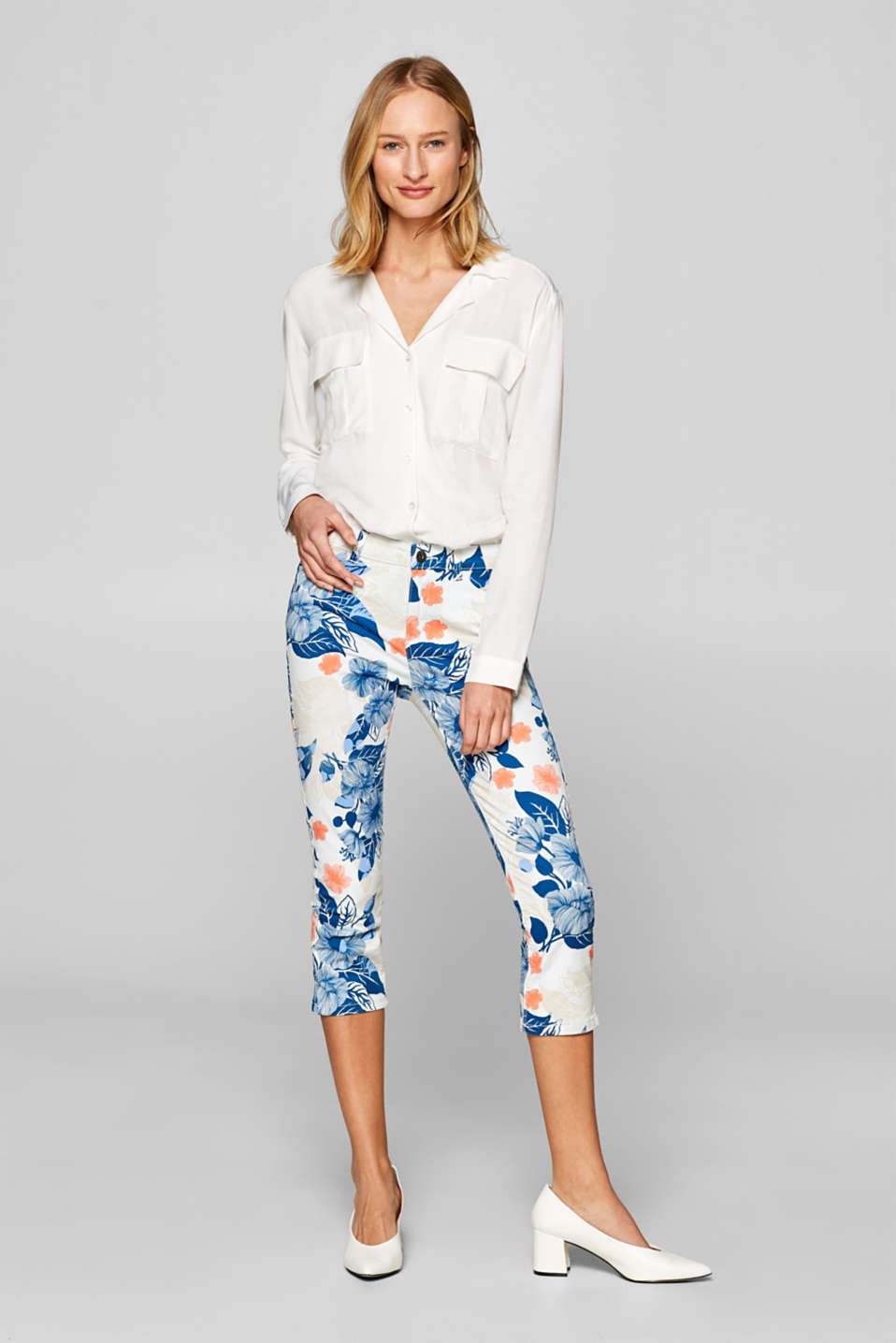 Esprit - Capri trousers in stretch satin with a floral print