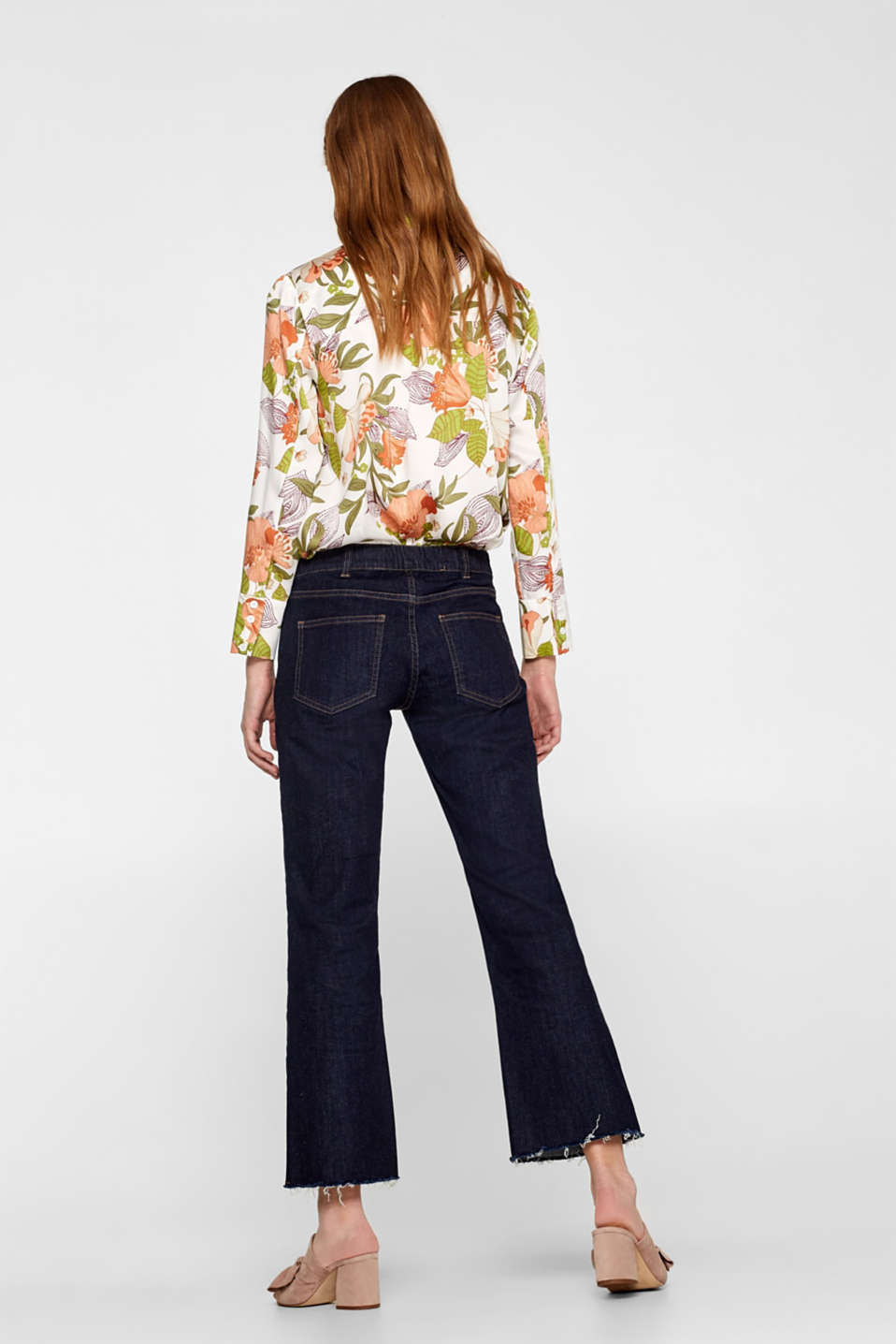 Cropped stretch jeans with a frayed hem