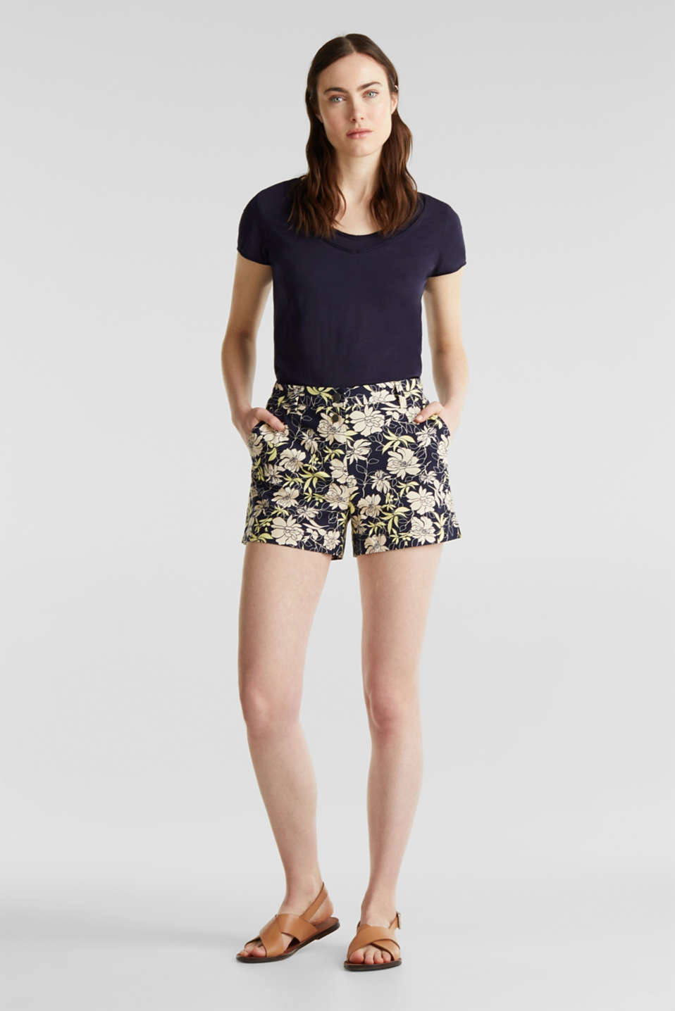 Esprit - Shorts with a floral print