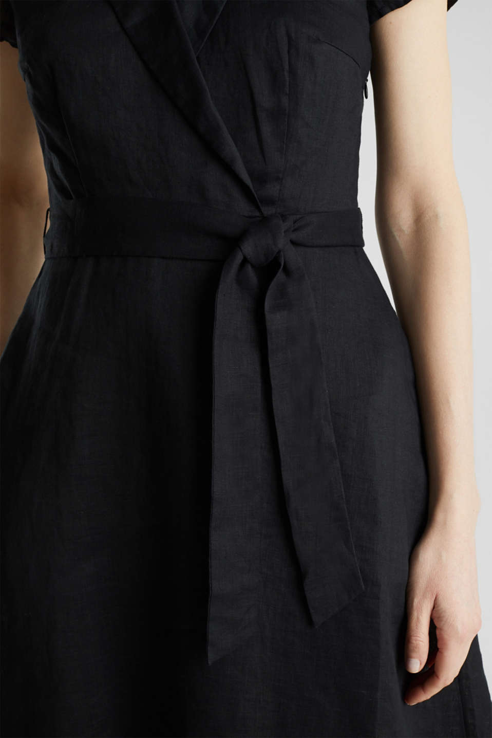 Made of linen: dress with a wrap-over effect, BLACK, detail image number 5