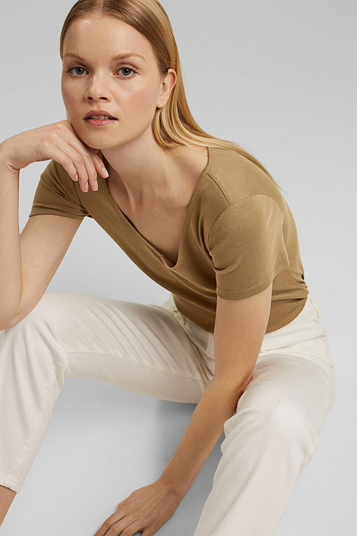 Basic shirt met V-hals, van biologisch katoen, LIGHT KHAKI, detail image number 5