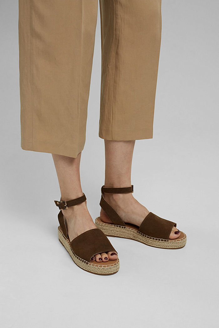 Leather sandals with a bast sole