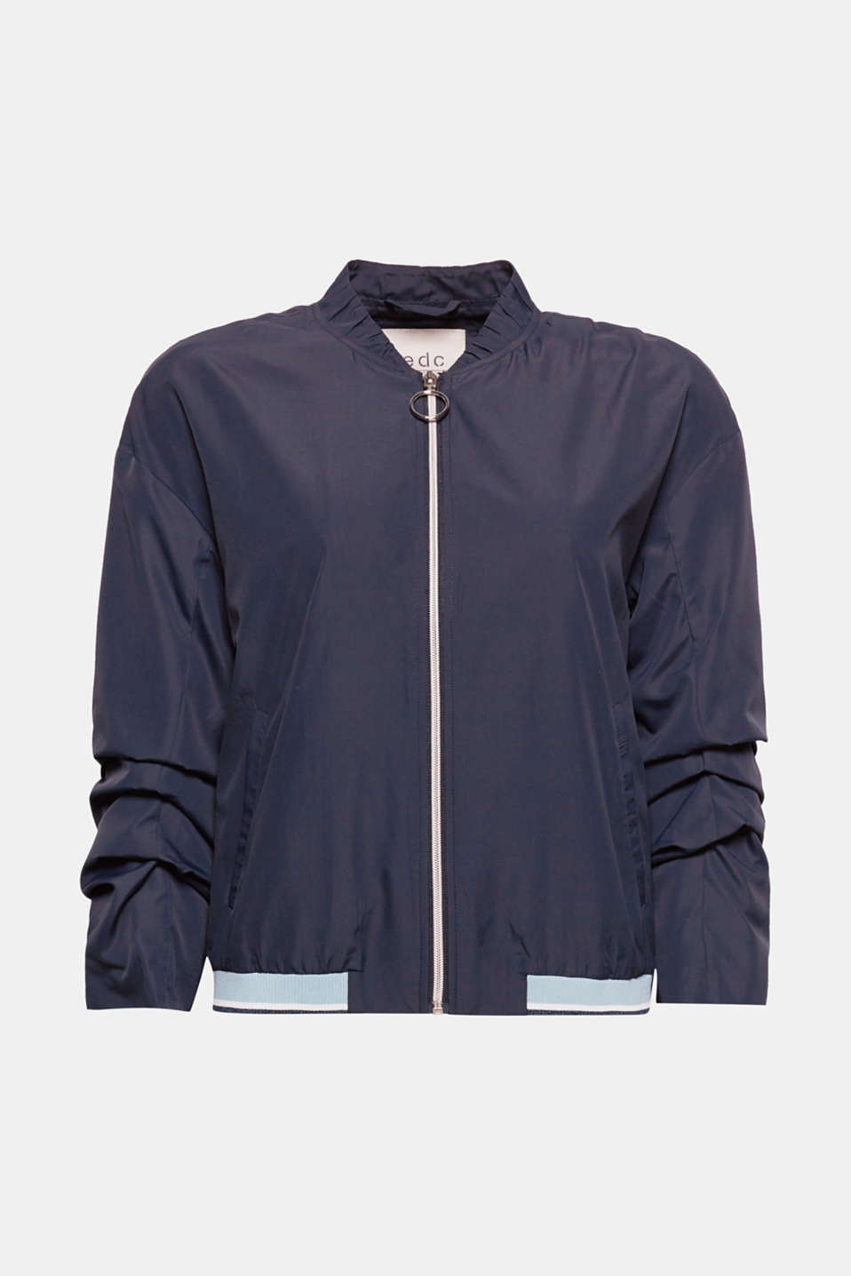 The frilled band collar and the gathered three-quarter length sleeves give this silky smooth, feather-light bomber jacket their new, pretty and trendy look!