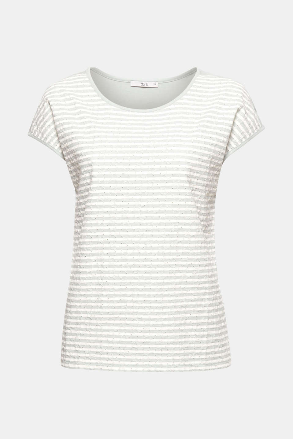 In a plain colour or with stripes, the embroidered fabric section at the front gives this light and airy T-shirt its pretty edge!