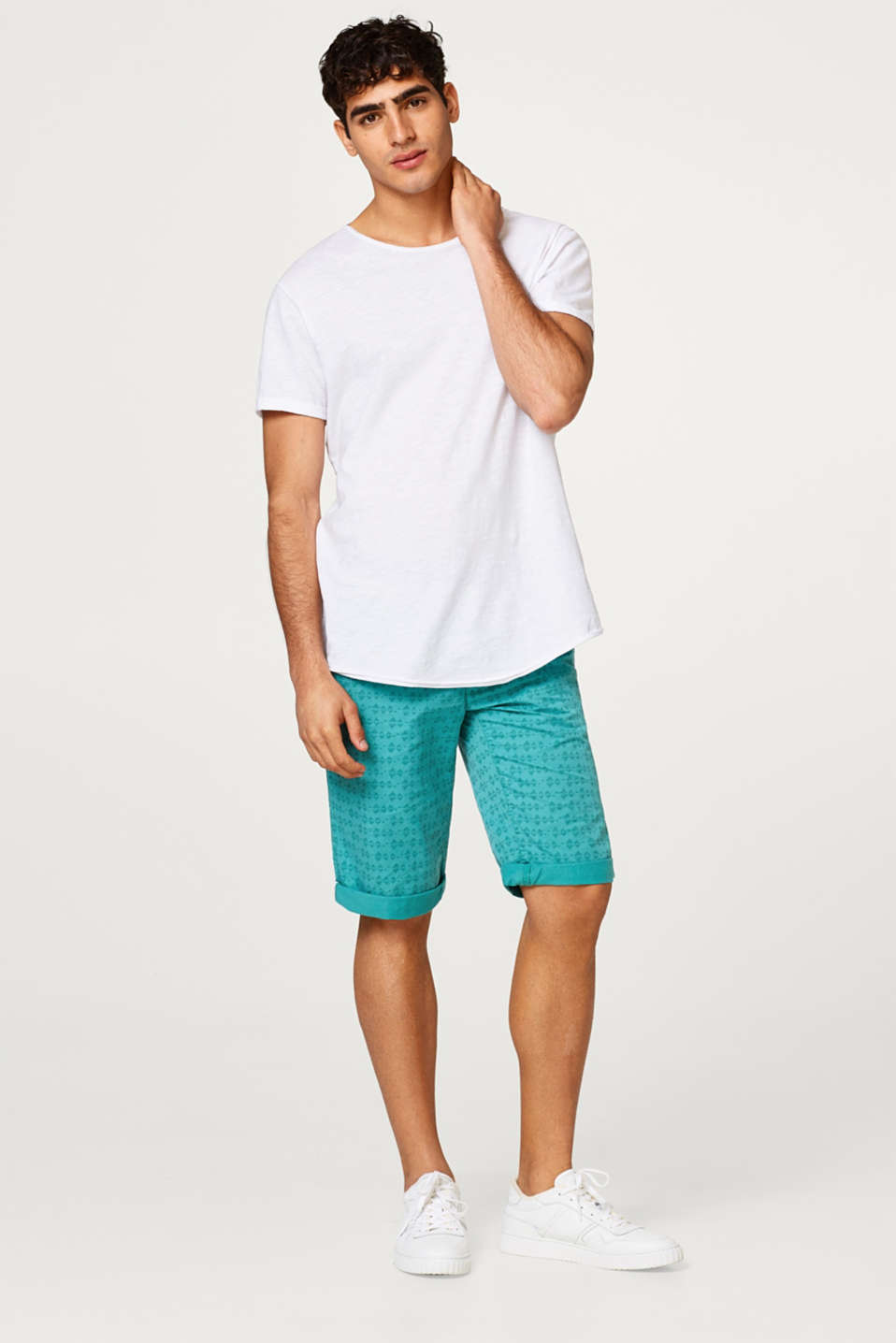 Chino shorts with an all-over print and belt