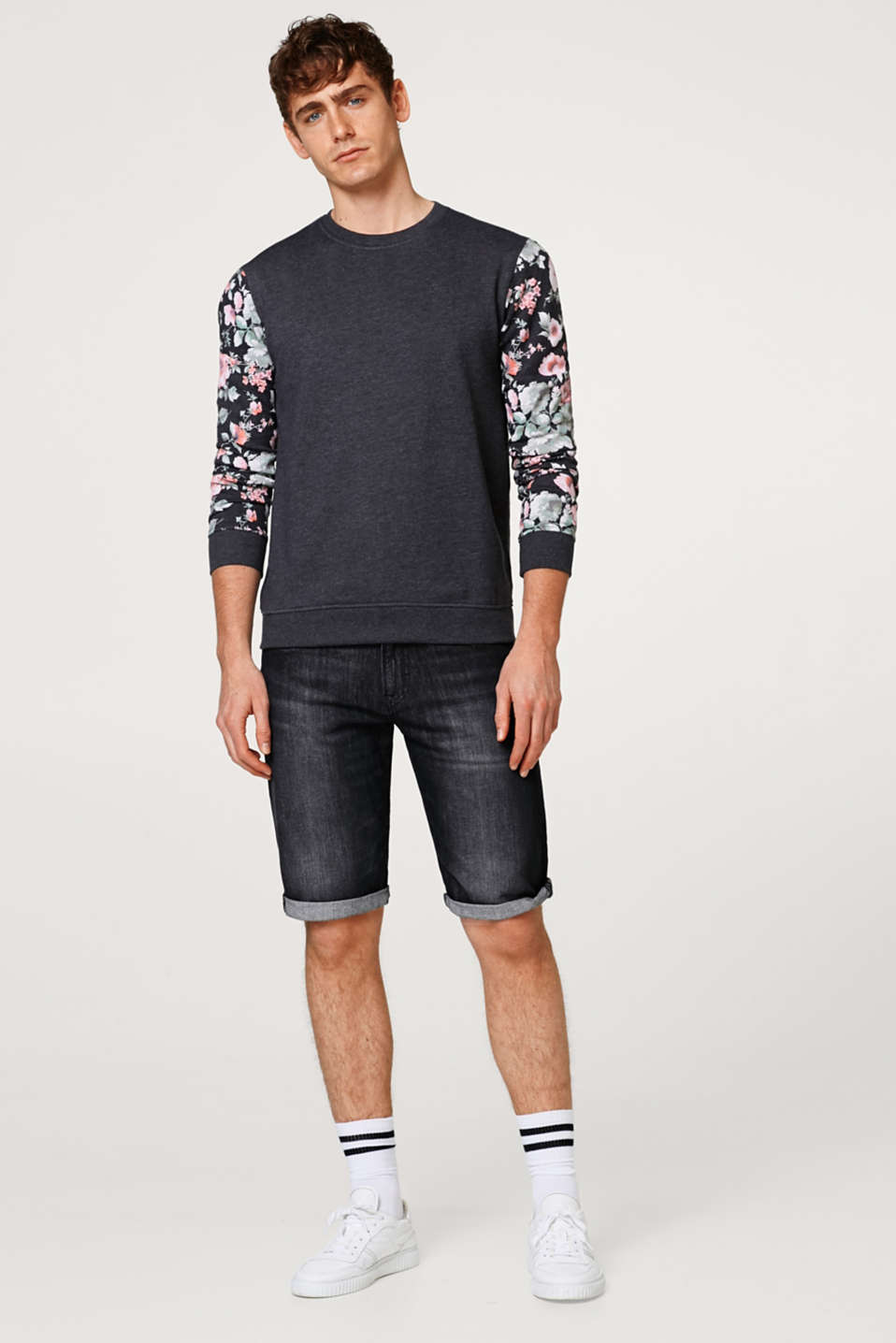 Sweatshirt with sleeves featuring a floral print