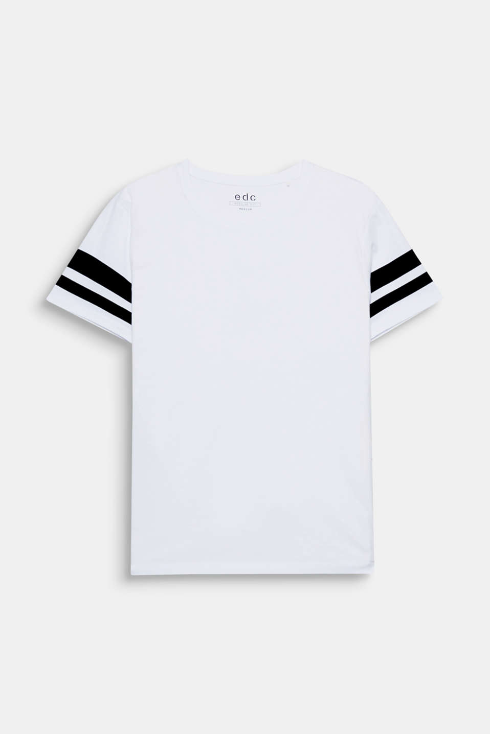 The accentuated stripes on the sleeves give this T-shirt an urban sporty look.