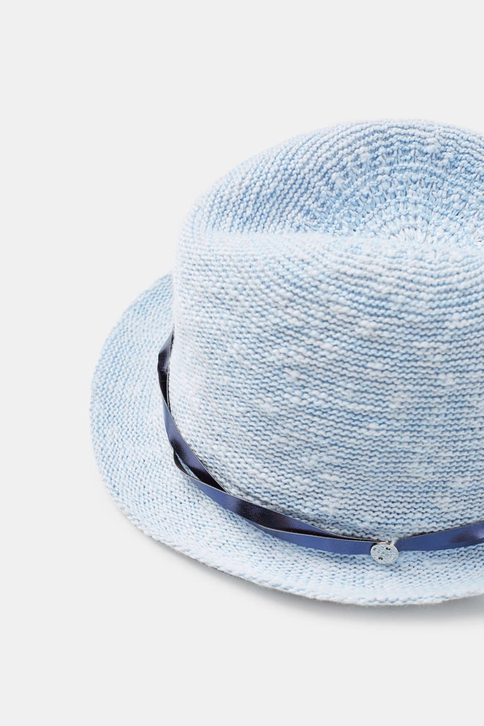 Trilby in a bast look with a decorative band