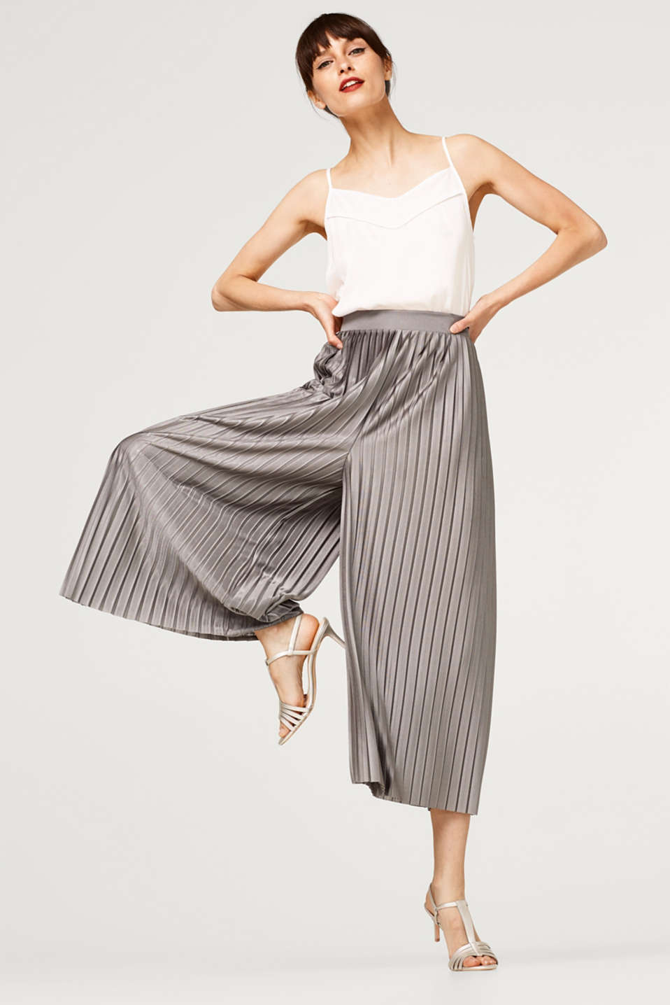 Pleated trousers with elasticated waistband
