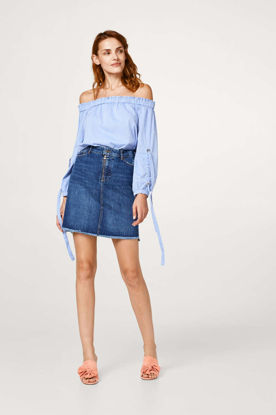 A-line stretch denim skirt with a frayed hem