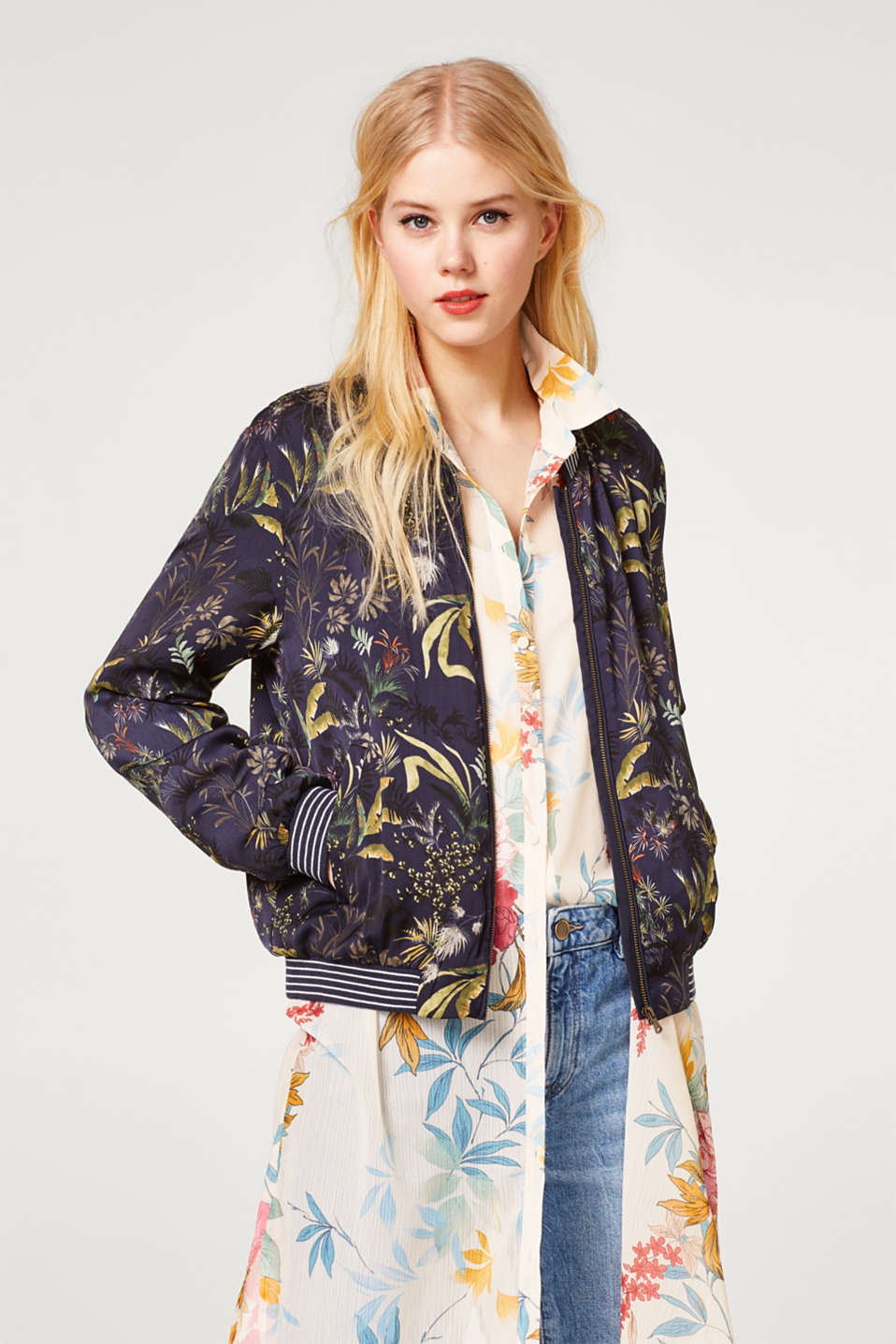 Esprit - Silky bomber jacket with a palm tree print