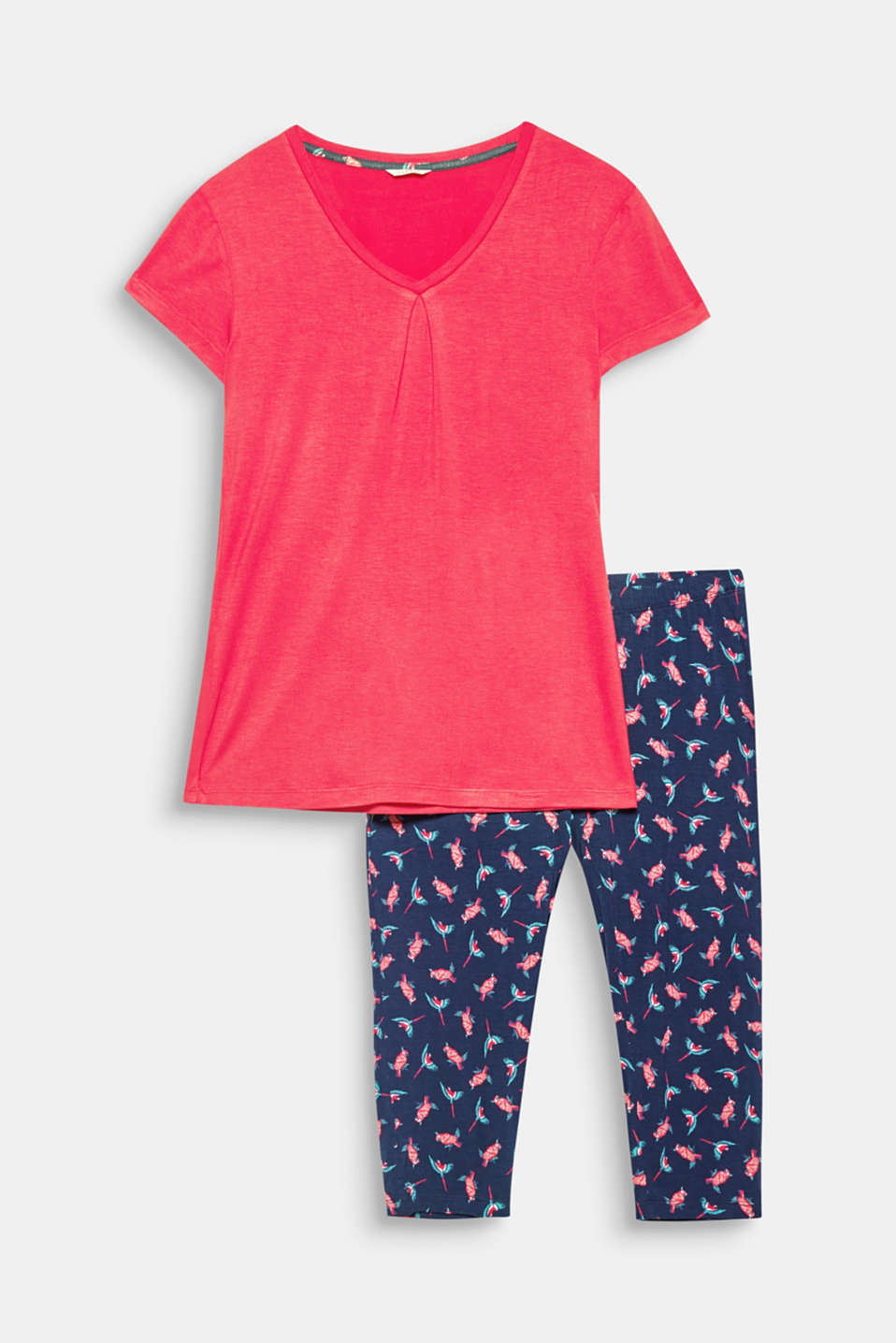 These pyjamas with a plain coloured V-neck top and capri bottoms with a parrot print are lightweight, soft and summery!