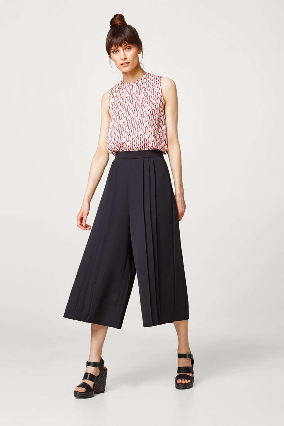 Light culottes with pleats and an elasticated waistband
