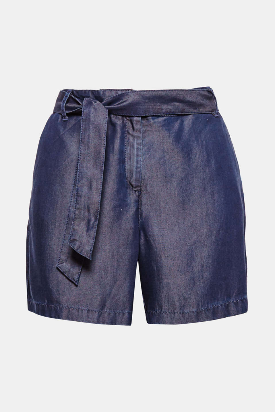 Chic or casual? These lightweight shorts made of flowing lyocell in a dark denim look bridges the gap between the two!