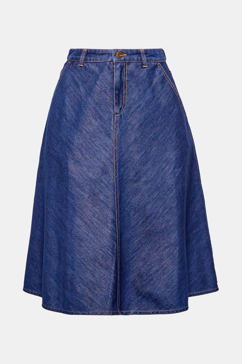 This flared denim skirt made of lightweight denim in a sleek look has a beautiful, swirly look.