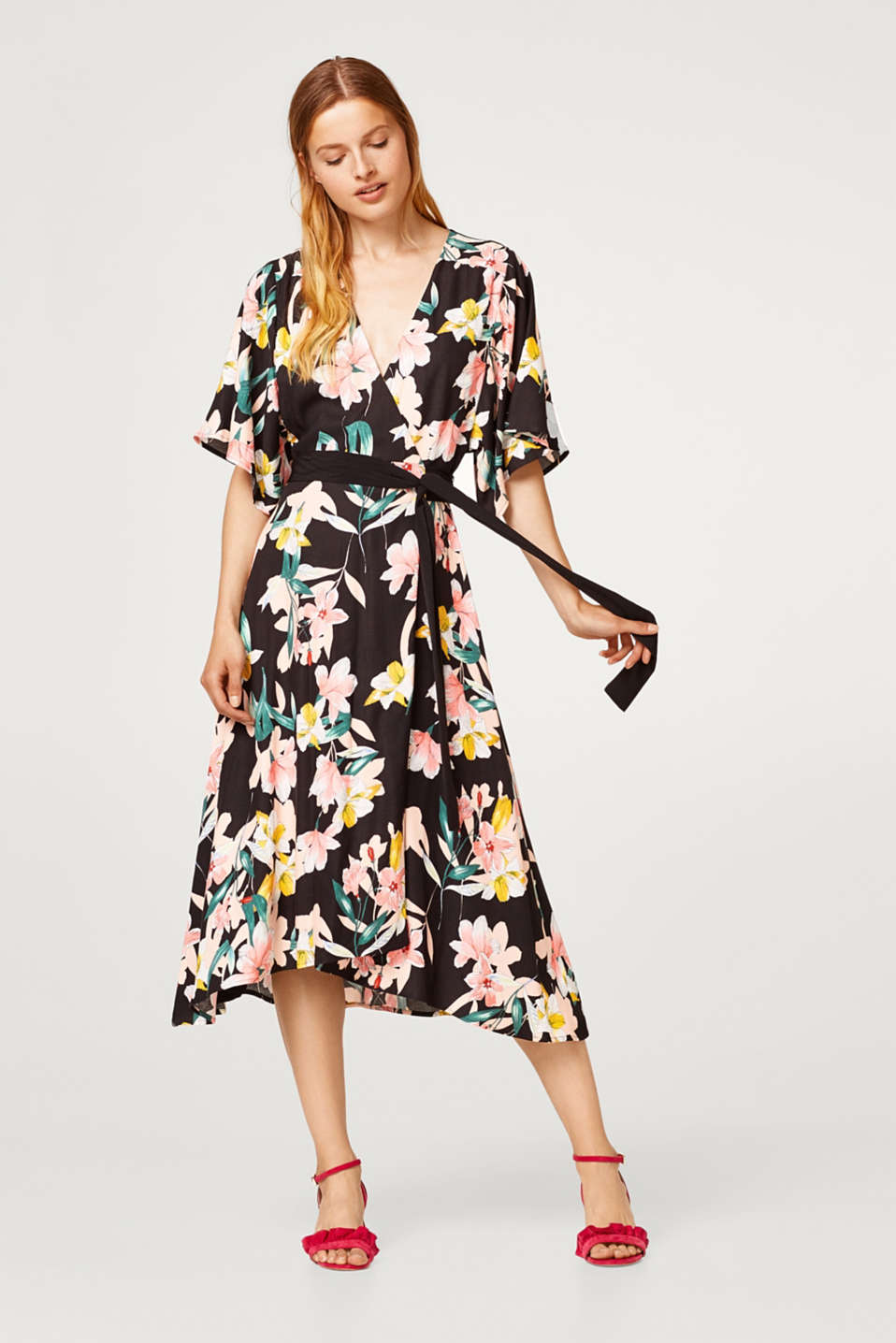 Wrap dress made of crêpe with a floral print and belt